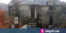 Blenë gabimisht në ankand një shtëpi të vjetër, nisin ta meremetojnë sepse po u pëlqen lokacioni (Foto)