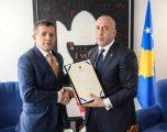 Ramush Haradinaj dekoron Rrustem Mustafën me medaljen 'Skënderbeu'