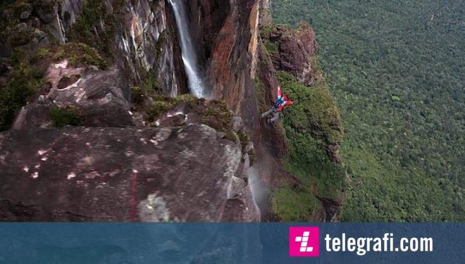 Kërcimi me parashutë nga ujëvara më e lartë në botë (Video)