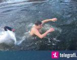 Notuesi u sulmua nga mjellma, i shkoi shumë afër gjatë notimit në liqe (Video)