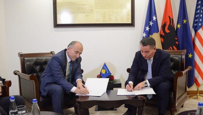 Lekaj nënshkroi marrëveshje bashkëpunimi me kryetarët e komunave të Gjakovës, Deçanit dhe Pejës