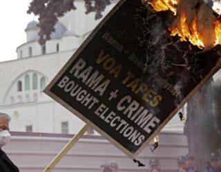 Protestë në Tiranë, betohen 4 deputetë të rinj
