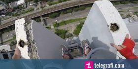 Qëndroi në skajet e ndërtesës së lart, bëri ushtrime trupore përjashta kolonave (Video)
