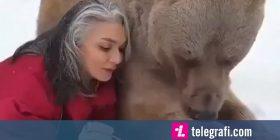 Qëndron shumë pranë ariut gjigant, për ta ushqyer me luleshtrydhe të ngrira (Video)