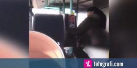 Momenti kur dy gra përleshen me njëra-tjetrën, para fëmijëve të tyre – në një autobus në Angli (Video)