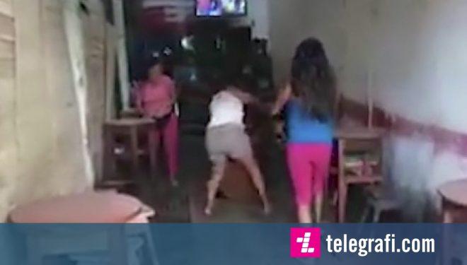Paratë e fëmijëve po i shpenzonte me tri gra të tjera, bashkëshortja i hakmerret keq burrit (Video)