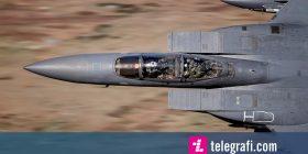 Shkrepi në momentin e duhur, fotografoi pilotin e aeroplanit ushtarak që shikonte drejt tij (Foto)