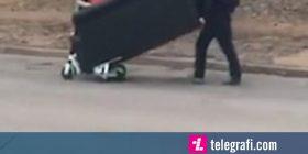 Studentët shfrytëzuan dy trotinete për të transportuar një divan (Video)