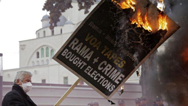 Tensione në protestën opozitare në Tiranë