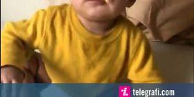 Trendi i çuditshëm që është përhapur në internet, hedhja e djathit në fytyrë të fëmijëve (Video)