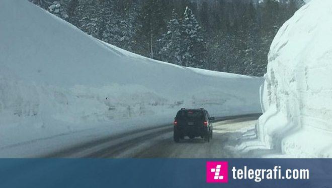 Udhëtimi me veturë nëpër rrugë, anash së cilës ka borë disa metra të lartë (Video)