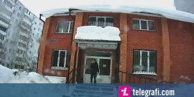 Vazhdoi të fliste në telefon sikur nuk ka ndodhur asgjë, kur prej kulmi ra sasi e madhe bore (Video)