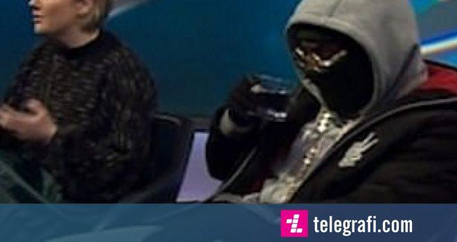 Zbrazi ujin mbi rrobe gjatë emisionit televiziv, harroi se e ka maskën në fytyrë kur deshi të pinte (Video)