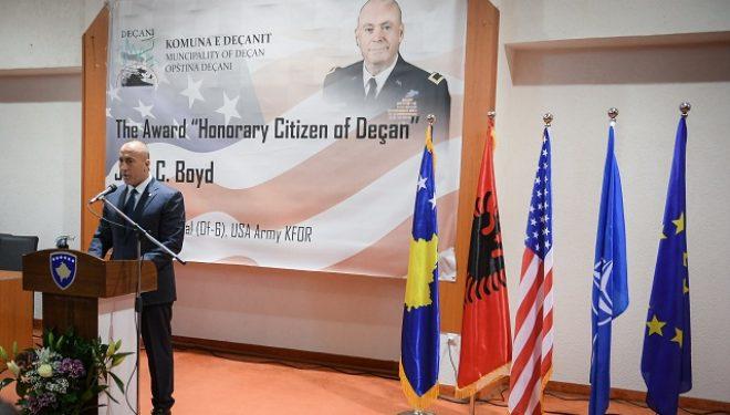 """Haradinaj: Shpallja """"Qytetar Nderi i Deçanit"""", për gjeneralbrigade John C. Boyd, vepër fisnike e Komunës"""