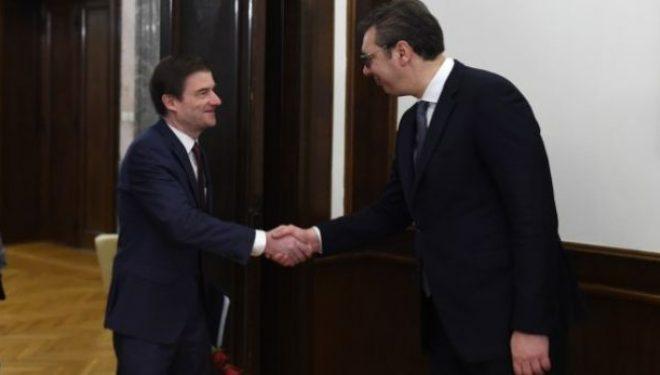 Diplomati amerikan takohet me Vuçiqin, diskutohet për taksën e vazhdimin e dialogut