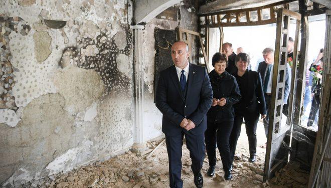 Haradinaj bëri homazhe te pllaka përkujtimore për viktimat e familjes Berisha