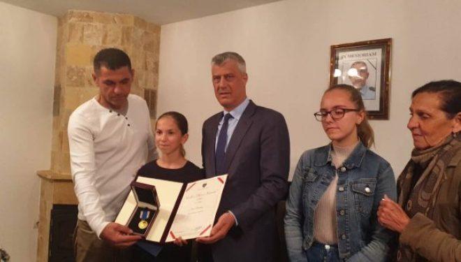 Thaçi në shtëpinë e policit të vrarë në Istog, i jep dekoratë vajzës së tij