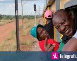 Shkoi për të bërë fushatë, presidentit të Afrikës së Jugut iu prish plani – mbeti i mbërthyer për katër orë në tren (Video)