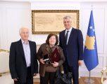 Thaçi ia dorëzon Medaljen Presidenciale familjes së ish mësuesit Beqir Kastrati