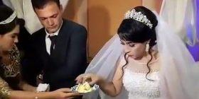 E bëri nervoz duke e vënë në lojë me tortën e dasmës, dhëndri godet nusen – gati e rrëzoi për tokë (Video)