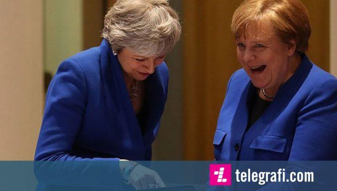 E kuptojnë se ishin fotografuar me xhaketa të ngjashme, Merkel dhe May filmohen duke qeshur me këtë veprim (Video)