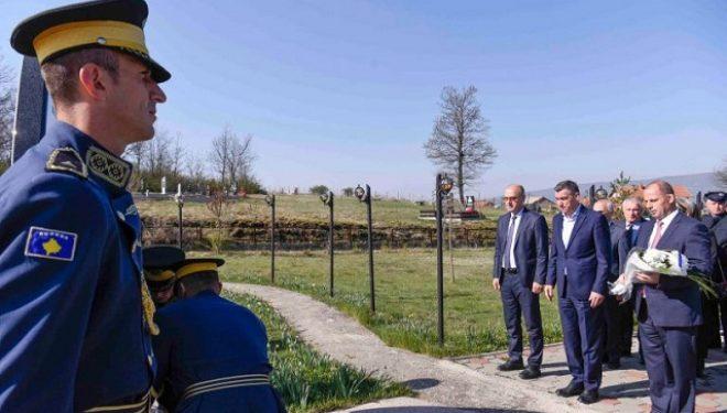 Lladrovci dhe Veseli përkujtojnë 20 vjetorin e masakrës së Poklekut