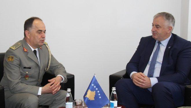 Gjenerali shqiptar Begaj u prit në Ministrinë e Mbrojtjes