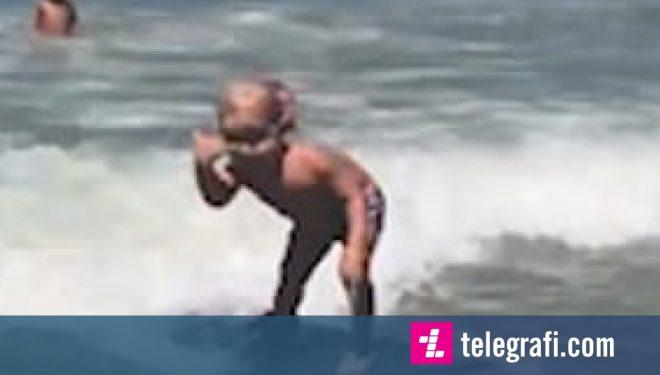 Aftësitë e mahnitshme të vogëlushit në sërfim, lëvizi me sukses mbi valën e dytë (Video)