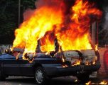 Personi që u dogj në veturë në Skenderaj dyshohet se është vrarë