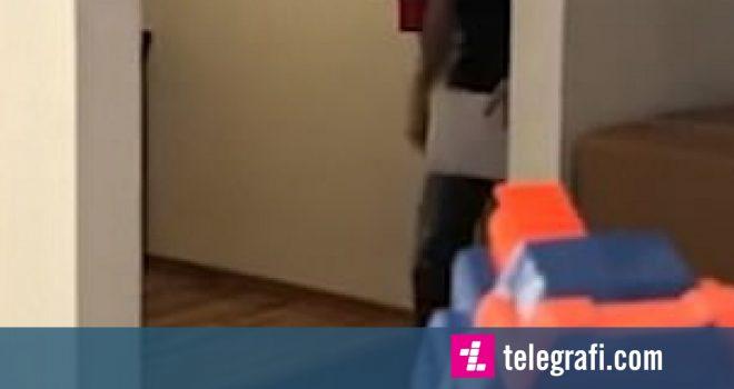 Shkrepte plumba gome nëpër dhomë, qëlloi në fytyrë të vëllain që hyri papritmas (Video)