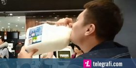 Turistit kinez ia ndaluan shishen e qumështit në aeroplan, piu më se dy litra për të mos e hedhur (Video)