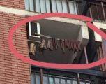 """Boshnjaku """"i dobishëm"""" – në vend të rrobave, ter mish dhe suxhuk në ballkon (Foto)"""