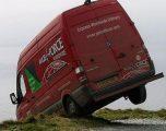 Shoferi u arratis, e la furgonin në këtë pozitë – gati të binte nga 60 metra lartësi (Foto)