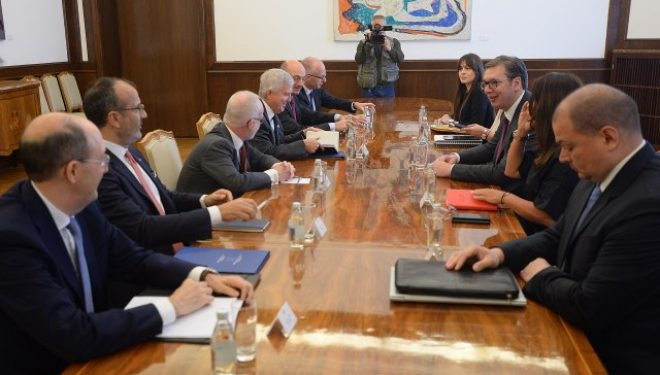 Vuçiq viktimizohet para ambasadorëve të Quint-it – Kosova fajtore për të gjitha