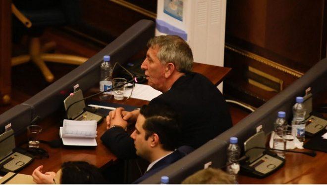 Quni flet për deklaratën ku kishte thënë se do të qëndrojë në politikë derisa Thaçin e Veselin t'i sheh prapa grilave