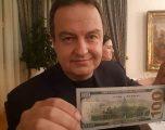 Hoxhaj i reagon për foton me dollar Daçiqit: Kjo është fushata korruptuese për tërheqjen e njohjeve