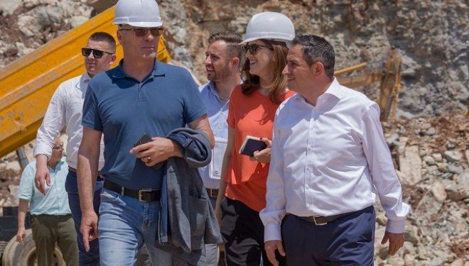 Matoshi bashkë me deputetë dalin në teren,  vizitojnë një gurëthyes në Malishevë