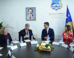 Kosnett: Komuna e Vushtrrisë duhet të shërbej si model për transparencë dhe llogaridhënie