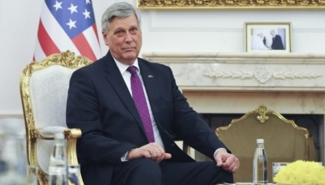 Ambasadori Kosnett kritikon qeverinë për udhëtimet e panevojshme jashtë vendit
