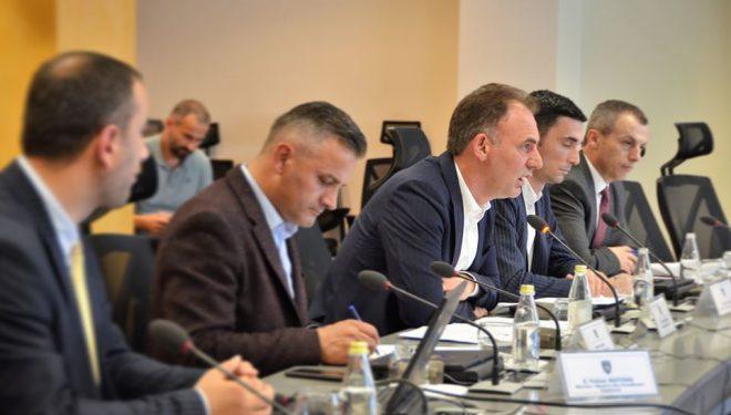 """Mbahet mbledhja e Komisionit për Kompleksin """"Adem Jashari"""", Limaj tregon çka u diskutua"""