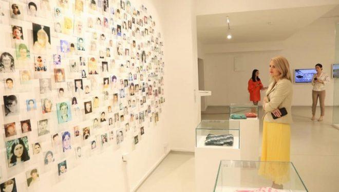 Hoxha në ekspozitën që sjell kujtime për 1024 fëmijët e vrarë nga serbët