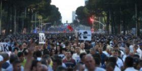 Dhjetëra mijëra qytetarë protestojnë të qetë në Tiranë