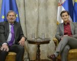 Bërnabiq takohet me komisarin Hahn, ka një shpresë për dialogun me Kosovën