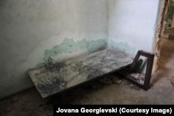 Një nga shtretërit e pakët të mbetur të burgut që është në shkatërrim e sipër.