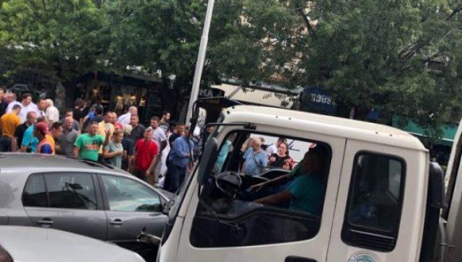 Aksident i tmerrshëm në Prishtinë: Kamionit ia lëshojnë frenat, hyn në korsinë e kundërt