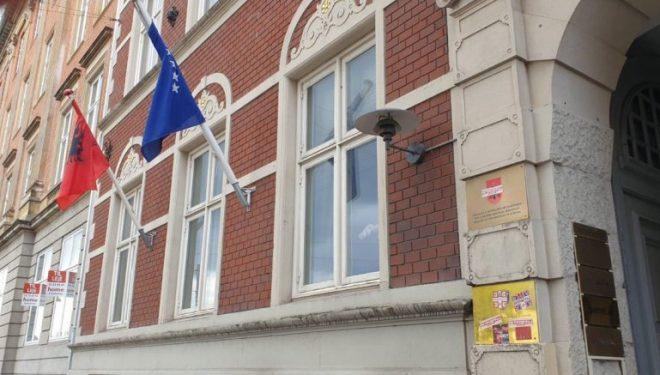 Sulmohet Konsullata e Kosovës në Danimarkë, Pacolli akuzon huliganët serbë