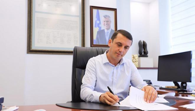 Gashi nënshkruan dy rregullore të cilat përmirësojnë fushëveprimtarinë e teatrove dhe ansamblet rezidente