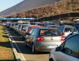 Kosovarët ia mësyjnë Shqipërisë, deri në 70 metra kolona në Vërmicë-Morinë