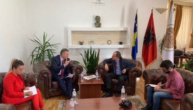 Koordinatori Hoti dhe Kryetari i Prizrenit Mytaher Haskuka diskutojnë për Garën Nacionale në Sport