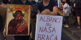 Serbët në mes të Beogradit nxjerrin parullën: Shqiptarët janë vëllezërit tanë